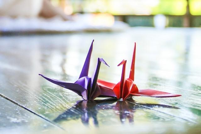夫婦を表す2つの折り鶴