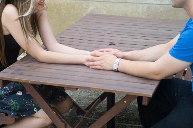 手を触れる男性