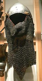喉や首を守る鉄の「カーテン」付きのバシネット