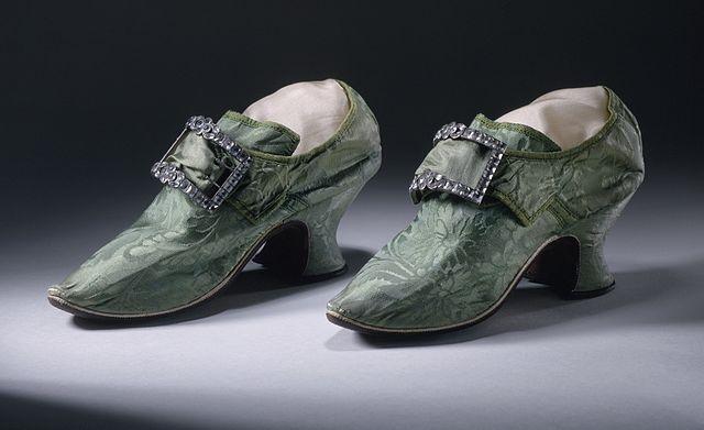 バックル付きの靴(イングランド) 1740年から1750年の間 絹、ダマスク織、皮 ロサンゼルス・カウンティ美術館蔵