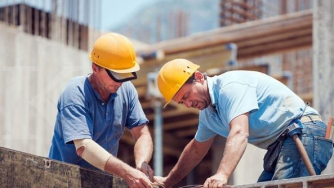 kedekatan pembuat bangunan dengan pekerja