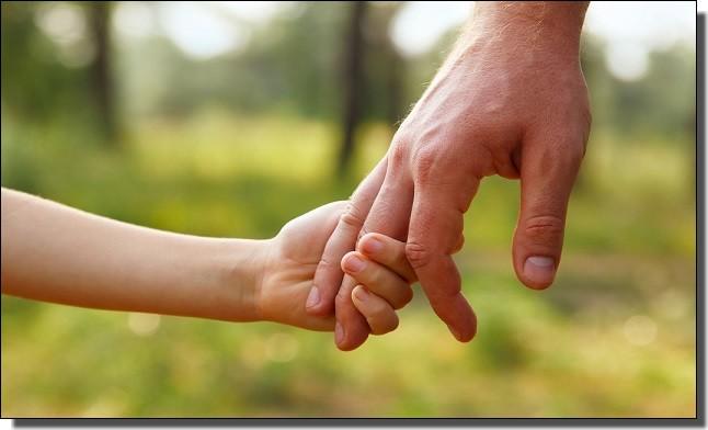 父親と手を繋ぐ