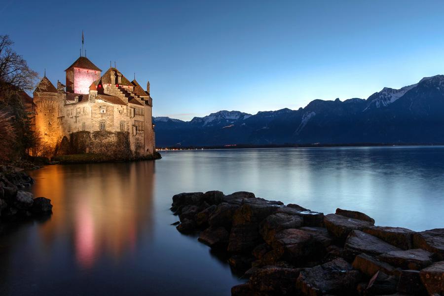 湖畔にある古城で開かれる宴をイメージした曲