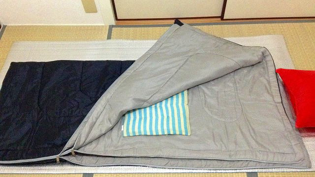 室内で寝袋と銀マットを使用