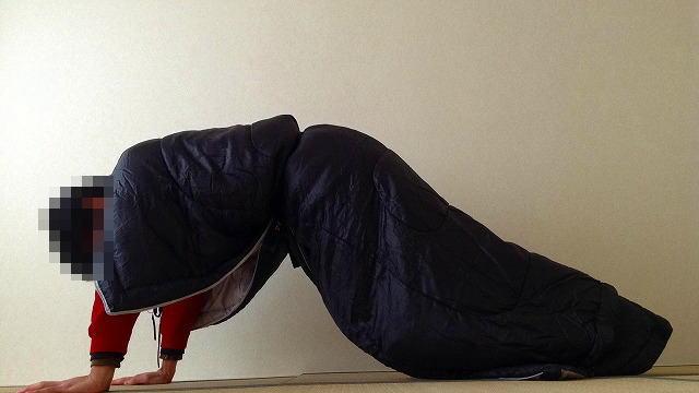 寝袋を着て腕立て伏せ