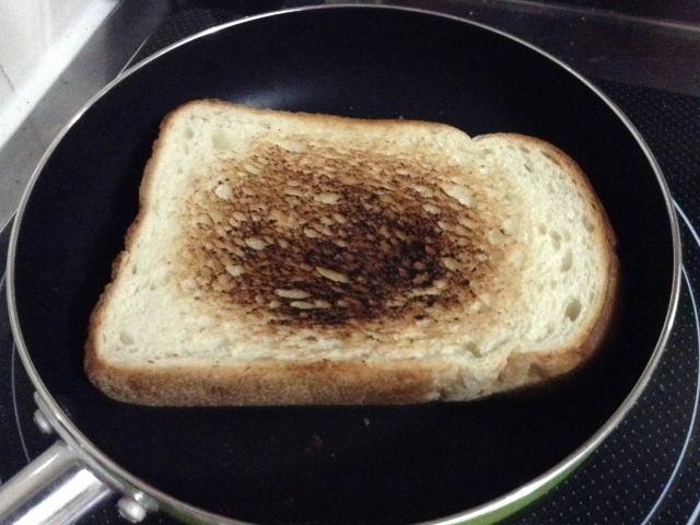 フライパンで山型食パンを焼く