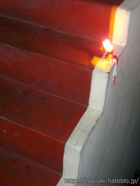 停電時に階段に置かれたロウソク