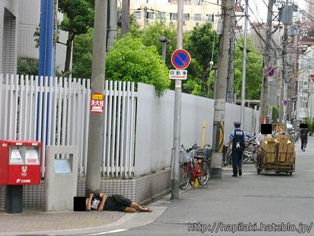 西成警察署の横で寝る人
