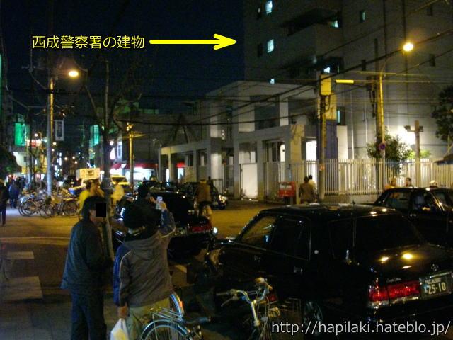 西成警察署の前で駐車するタクシー