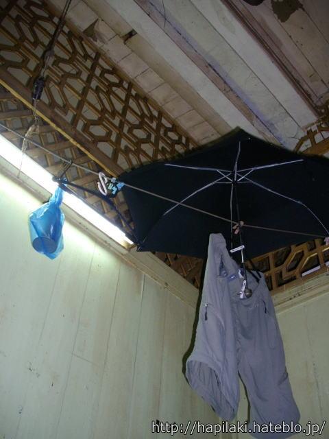 雨漏りで室内で傘