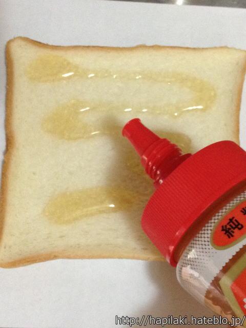 食パンにハチミツをかける