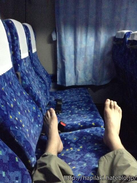 夜行バス一番後ろ5列シートなら脚を伸ばして座れる