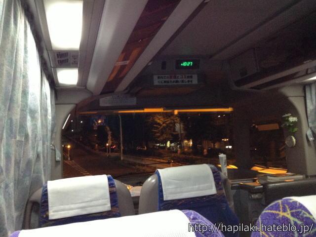 夜行バス4列シート前から3番目に座って前方を撮影写真