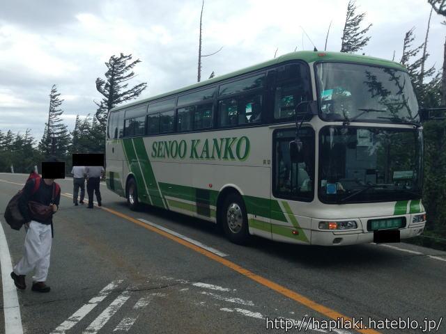 富士スバルラインで停車したバス