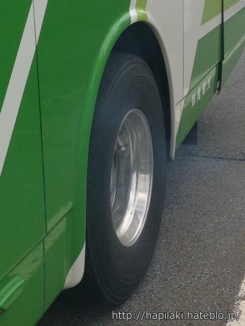 バスのタイヤあたりから煙が出てきた