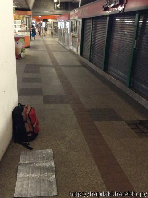 駅の床に銀マットを敷く
