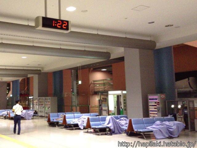 関西空港で毛布を無料で借りて寝る人々