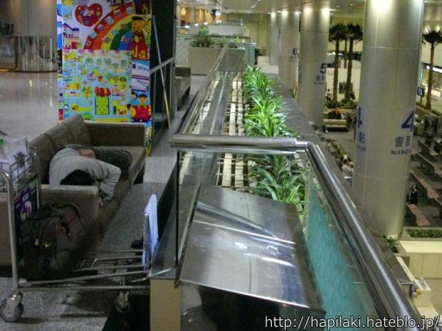 台北空港にあるフラットなソファ