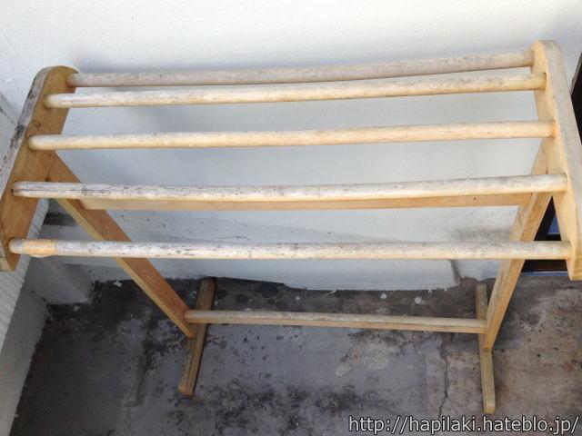 ゲストハウスにある木製の洗濯物干し