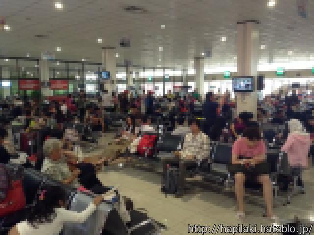 飛行機遅延で人がいっぱい