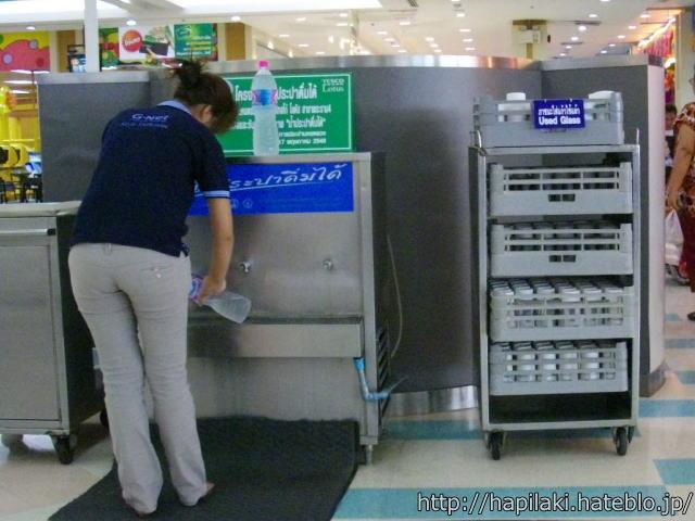 タイのフードコートで飲料水をペットボトルにチャージ