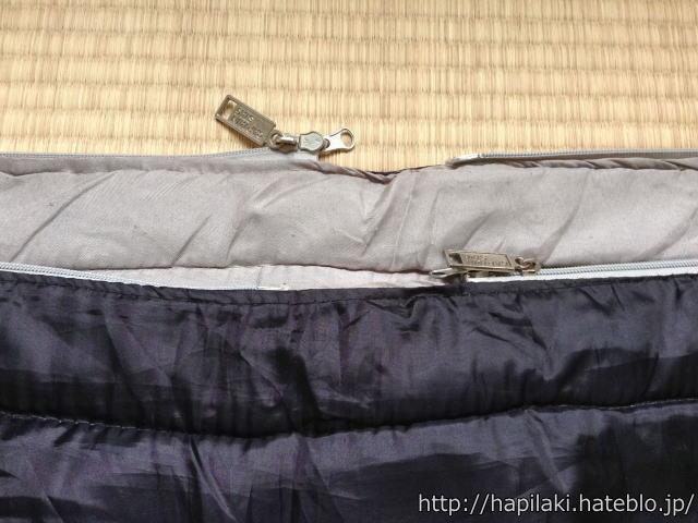 2枚ある寝袋を合体させるためにチャックを合わせる
