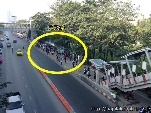 バンコクBTSモーチットの陸橋からバス停を見下ろす