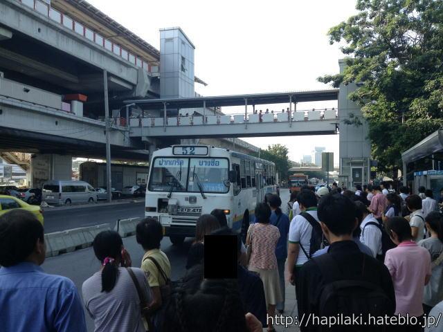 モーチット駅付近のバス停に52番のバスが来た