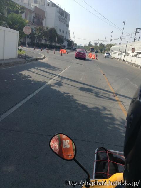タイのバイクタクシー乗車中に道路を撮影