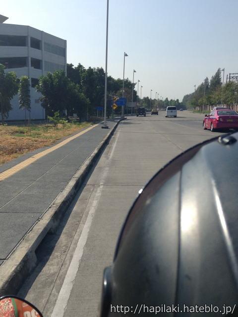 タイのバイクタクシー乗車中に道路を撮影2