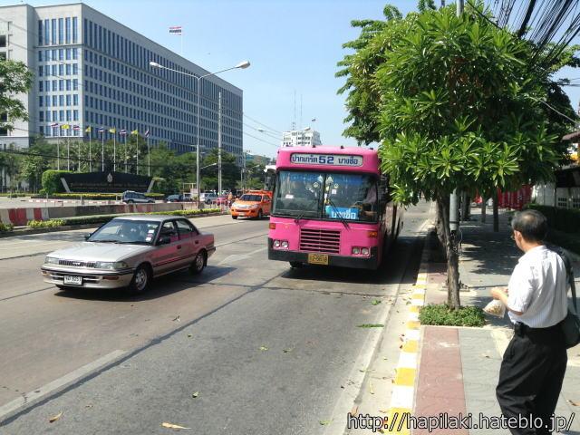 バンコク・イミグレーション付近のバス停に52番バスが来た