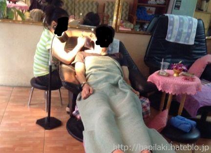 タイ・バンコクのマッサージ屋で耳掃除を受ける