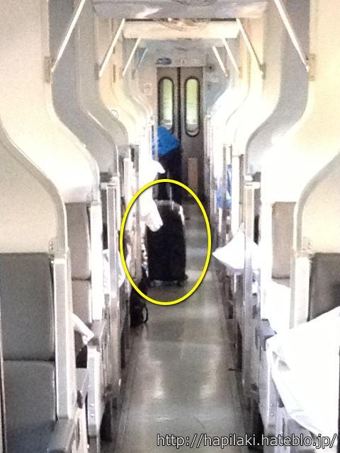 マレー鉄道車両内の通路に置かれた大きなスーツケース