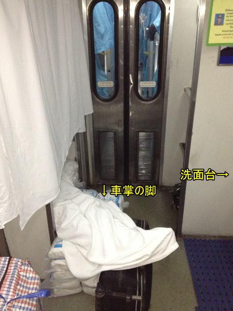 マレー鉄道寝台列車の車掌は自分のベッドも作っていた