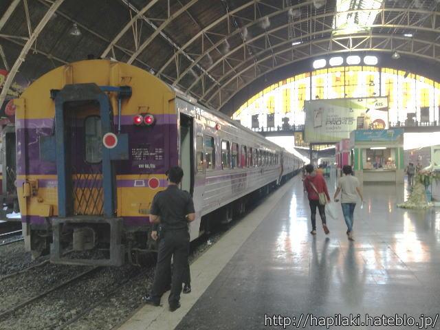 フアランポーン駅に停車中の列車