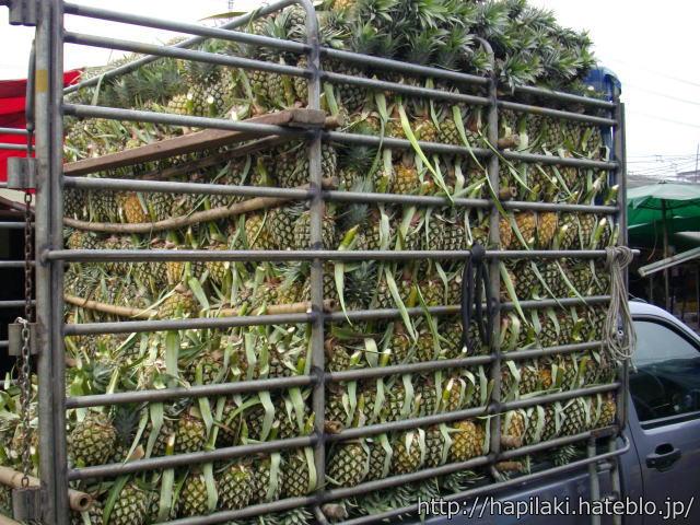 パイナップルをたくさん積んだトラックの荷台