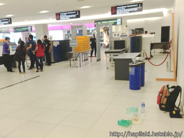 ペナン空港の手荷物検査場前で食事2