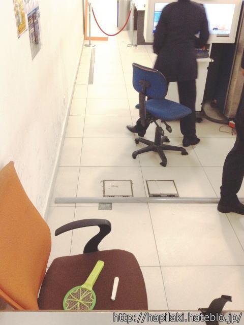 ペナン空港で押収された電撃ラケットと糸切りバサミ