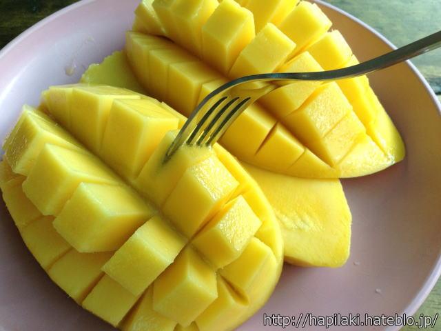 マンゴーをフォークで食べる