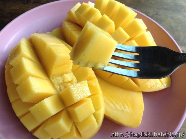 マンゴーをフォークで食べる3