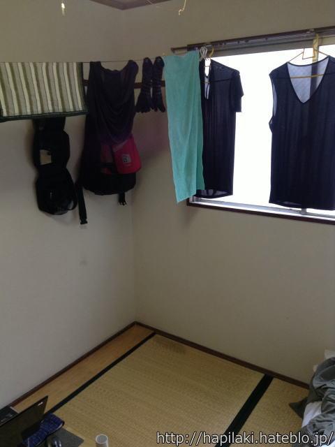 三畳一間に洗濯物を吊るす