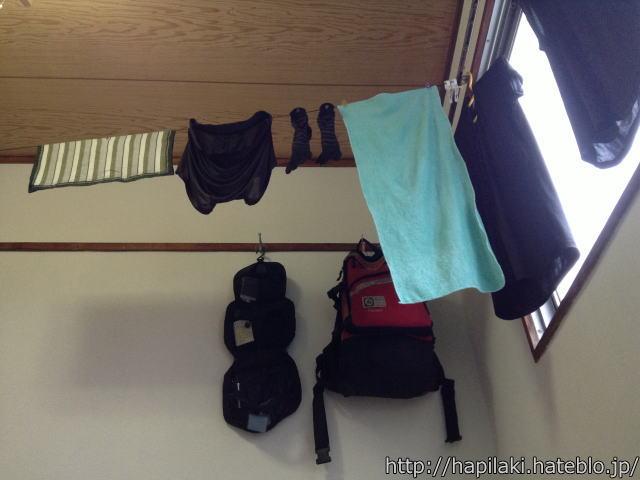 三畳一間で寝ると洗濯物が頭上にある