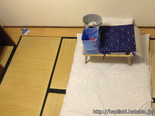 三畳一間で床に置いていた物をテーブルに載せてから布団に載せる