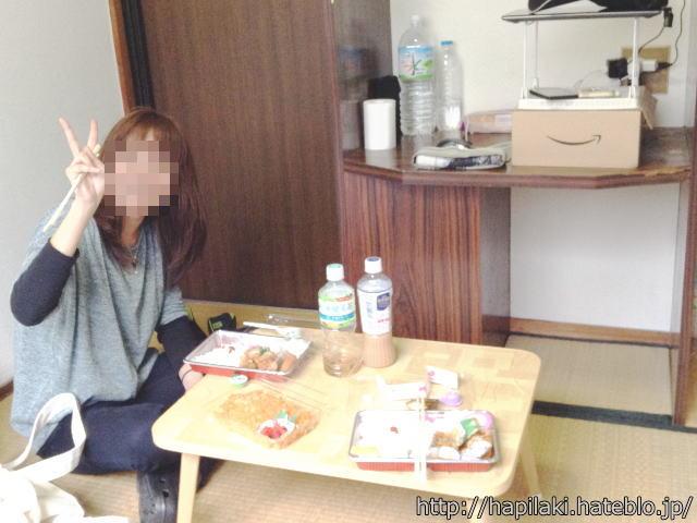 三畳一間の部屋で女の子と食事する様子