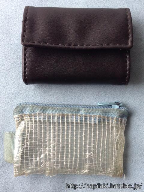 ビニールポーチと薄い財布を比較