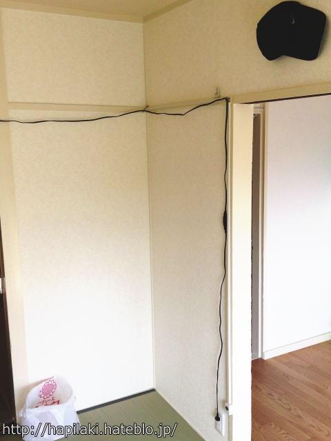 電源延長コードを壁に這わせる