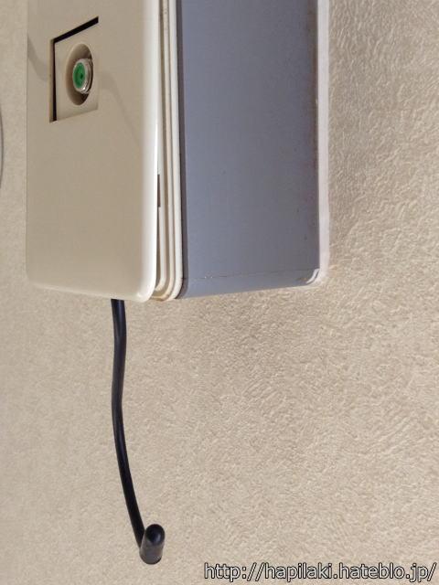 テレビ用端子の箱にS字フックを引っ掛けた状態を横から撮影
