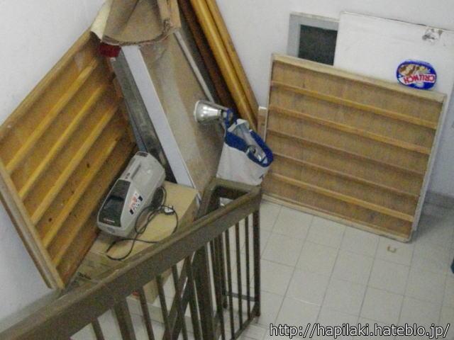 非常階段に置かれたベッドの廃材
