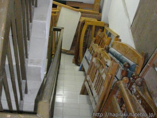 非常階段に置かれたベッドの廃材2