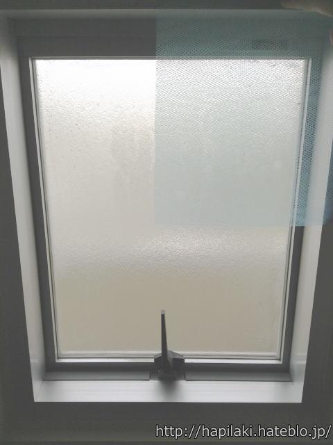 浴室の窓に排水口ネットを合わせて大きさを確認